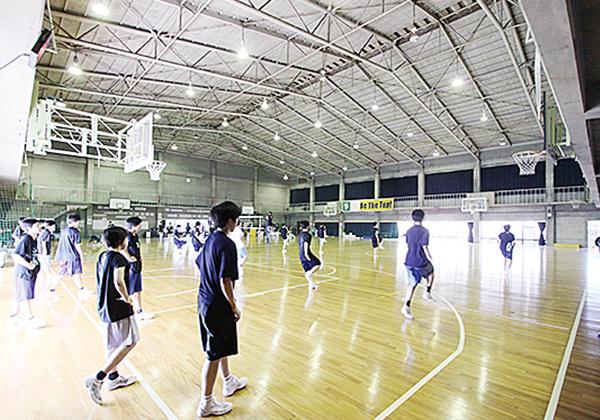 朝⽣⽥体育館(内観)